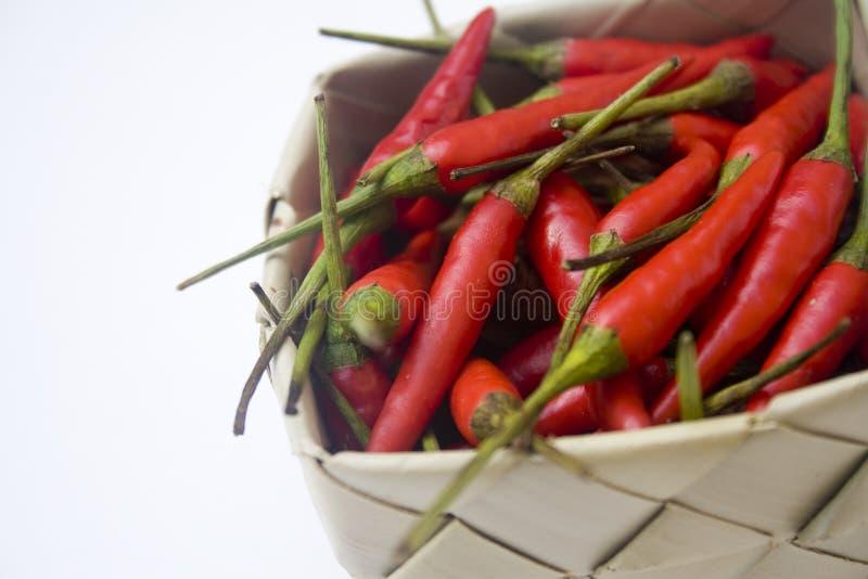 Pimentas de pimentão na cesta imagem de stock