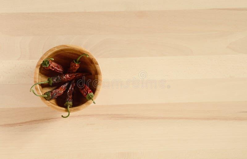 Pimentas de pimentão secadas em uma bacia de madeira imagem de stock