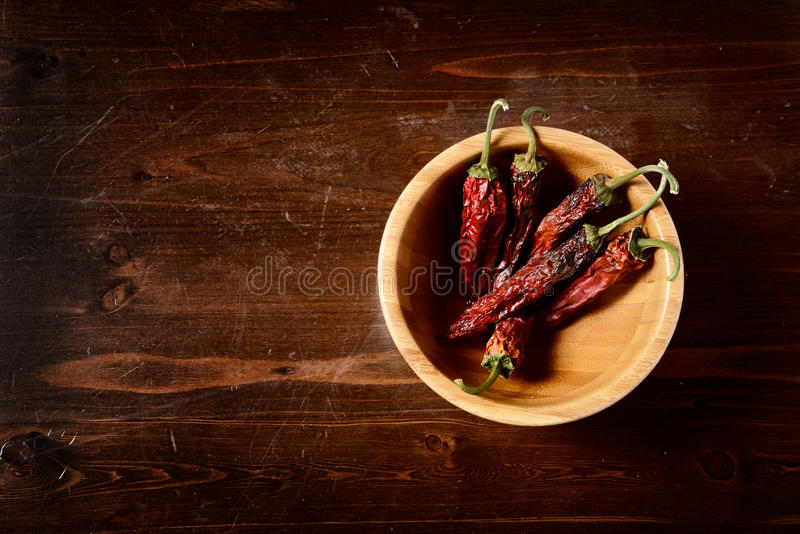 Pimentas de pimentão secadas na tabela de madeira escura fotografia de stock royalty free
