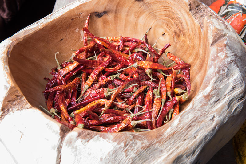 Pimentas de pimentão secadas quentes em uma bacia de madeira fotos de stock