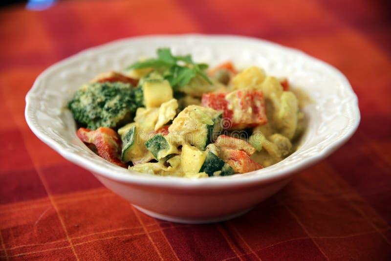 Pimentas de sino caseiros e salada dos brócolis com molho picante sobre foto de stock royalty free