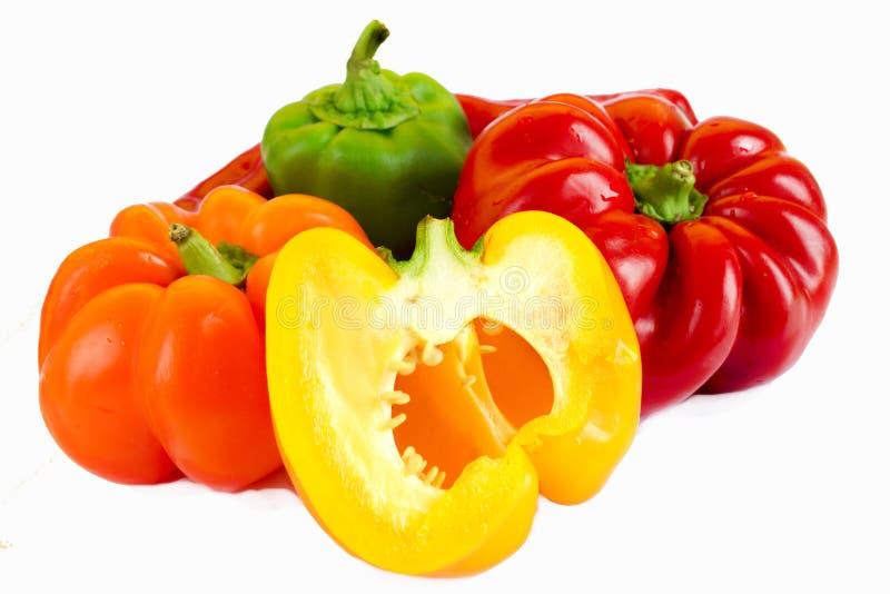Pimentas de sino vermelhas, amarelas, alaranjadas, verdes no fundo branco fotos de stock royalty free