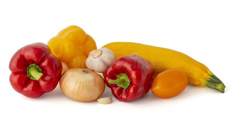 Pimentas e polpa de sino vermelho e amarelo do tomate do rosa do alho da cebola no fundo branco imagem de stock royalty free