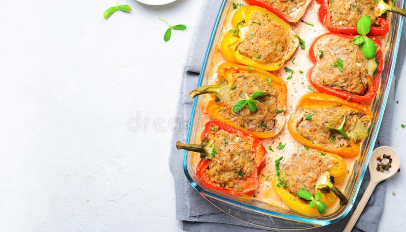 Pimentas enchidas com carne, vegetais e molho de tomate cremoso imagem de stock royalty free