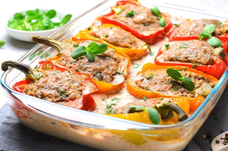 Pimentas enchidas com carne, vegetais e molho de tomate cremoso fotografia de stock