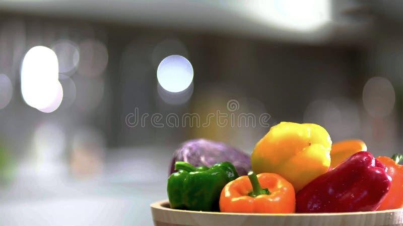 Pimentas frescas e quentes do sino na bacia imagem de stock