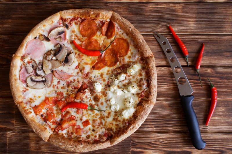 Pimentas pizza-classificadas, secadas compostas e mentira da faca do queijo em uma superfície de madeira natural de placas do pin imagem de stock
