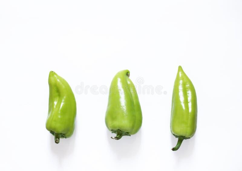 Pimentas verdes em uma opinião op do fundo branco Conceito saud?vel do alimento do vegetariano foto de stock royalty free