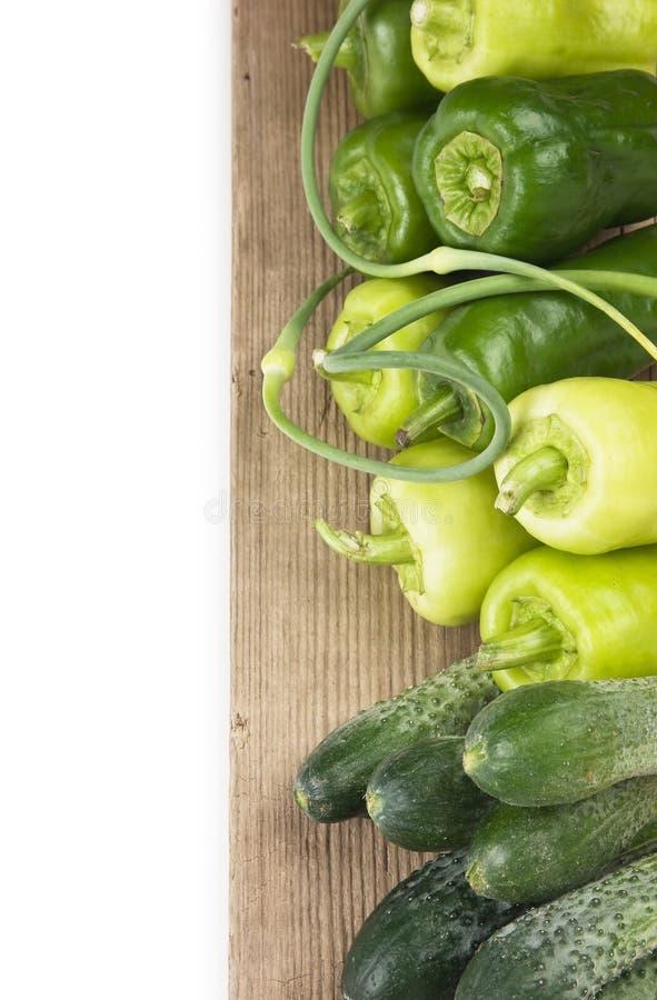 Pimentas verdes, pepinos e alho imagem de stock