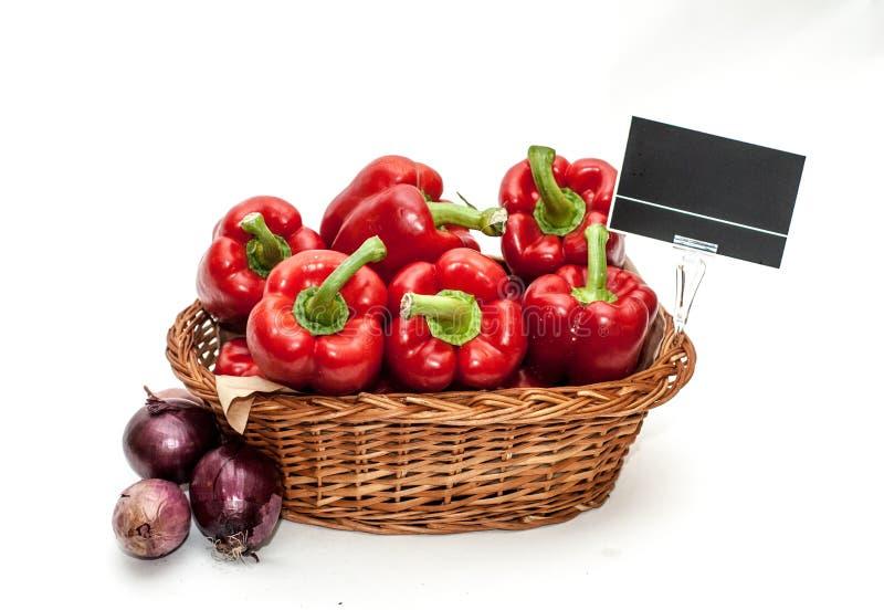 Pimentas vermelhas em uma cesta da loja imagens de stock