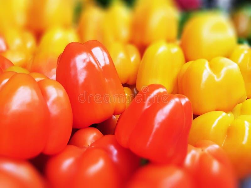 Pimentos doces vermelhos e amarelos frescos foto de stock