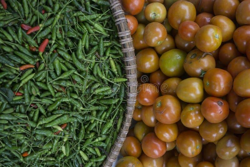 Pimentos e tomates frescos foto de stock