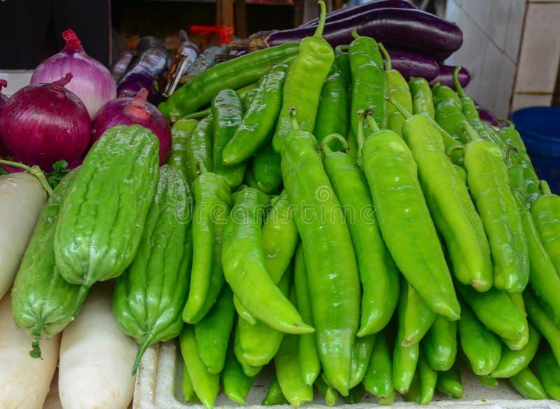 Pimentos verdes frescos para a venda no mercado rural fotografia de stock royalty free