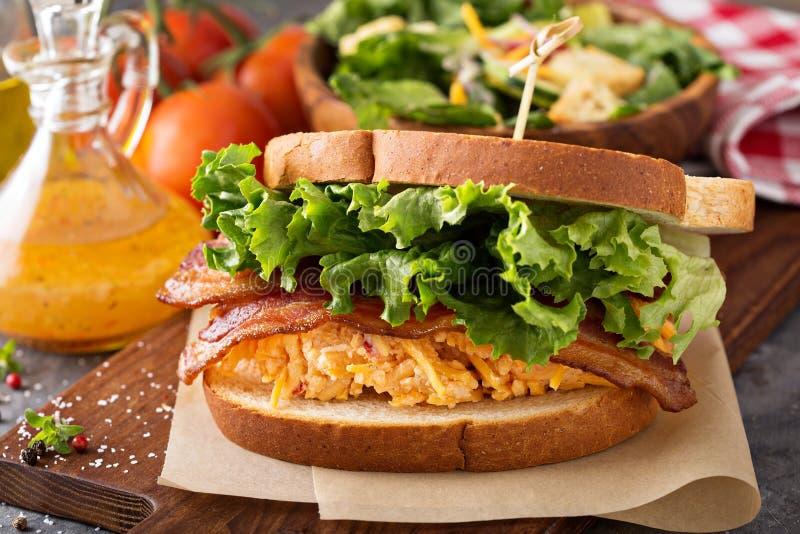 Pimentowa serowa kanapka z bekonem fotografia stock