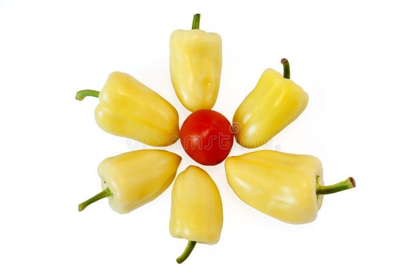 Pimienta amarilla y tomate rojo que mienten en un fondo blanco, aislado imagen de archivo