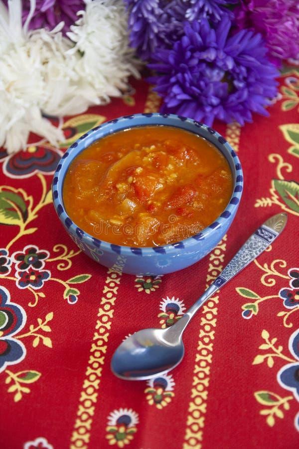 Pimienta búlgara en la salsa de tomate - salsa de la paprika, de las pimientas del chile picante y de los tomates fotografía de archivo