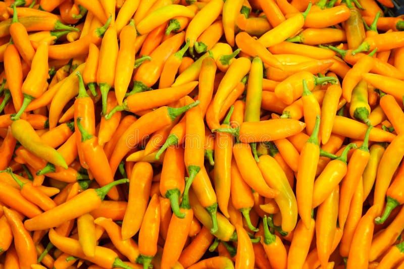 Pimienta de chile amarilla fresca en el mercado imagenes de archivo