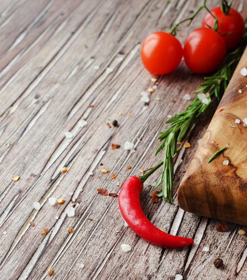 Pimienta de chile candente en una tabla de madera con las especias, foco selectivo imagen de archivo libre de regalías