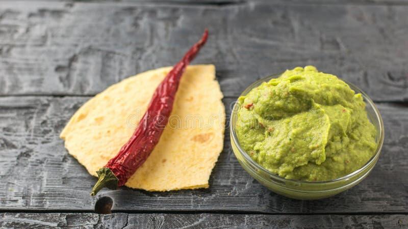 Pimienta de chiles en pedazos de pita y de guacamole fresco en cuenco en la tabla Aguacate mexicano vegetariano de la comida de l imágenes de archivo libres de regalías