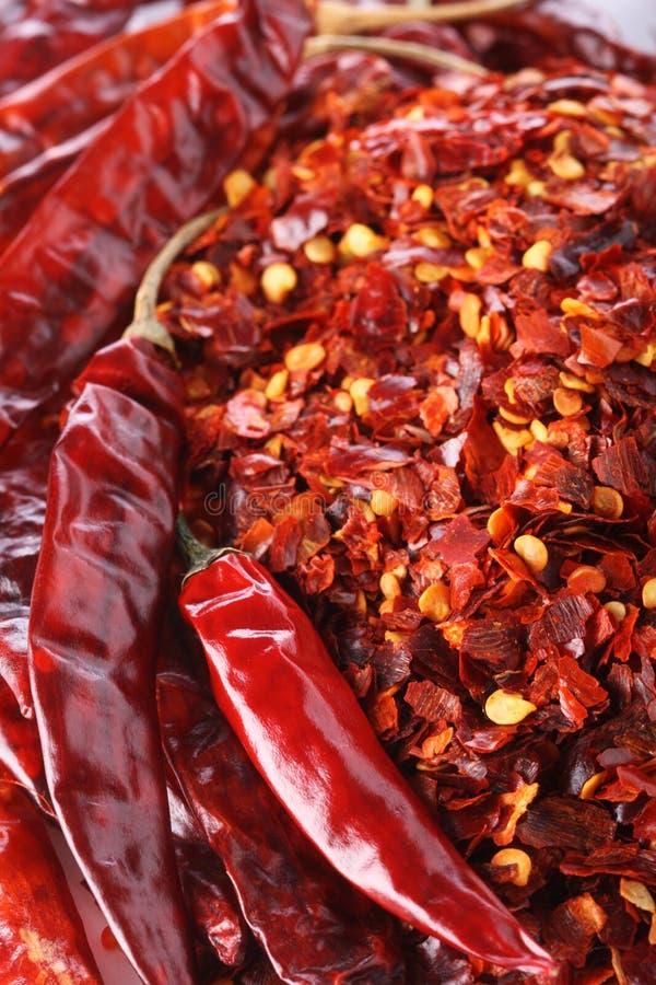Pimienta de chiles roja caliente de los chiles entera y machacada imagen de archivo