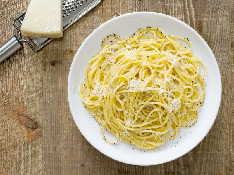 Pimienta italiana rústica del cacio del pepe e con espaguetis del queso imágenes de archivo libres de regalías