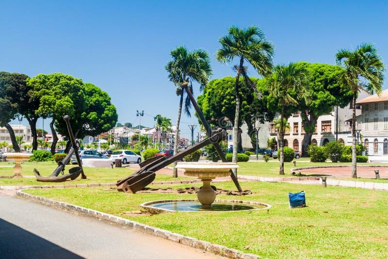 PIMIENTA, LA GUAYANA FRANCESA - 3 DE AGOSTO DE 2015: Anclas viejas en el cuadrado de Leopold Heder del lugar en Pimienta, capital foto de archivo