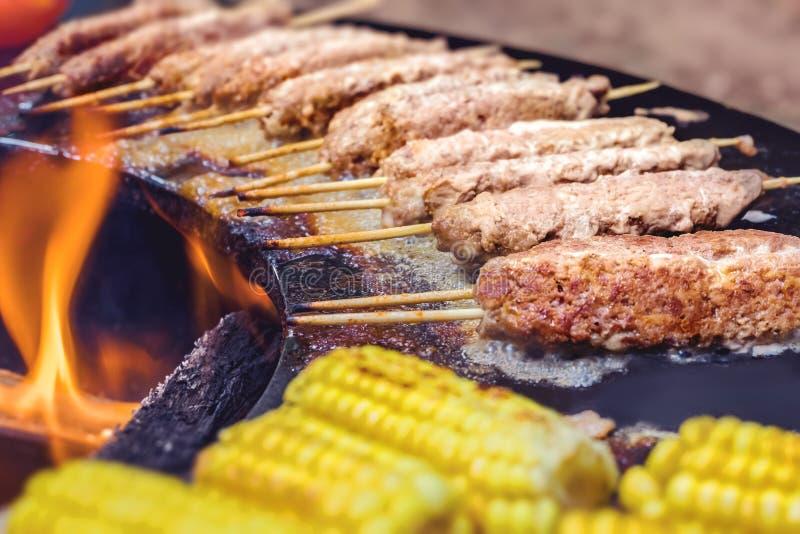 Pimienta, maíz, berenjena, kebabs, pollo en una parrilla de la calle en un fuego abierto Comida del verano fotos de archivo libres de regalías