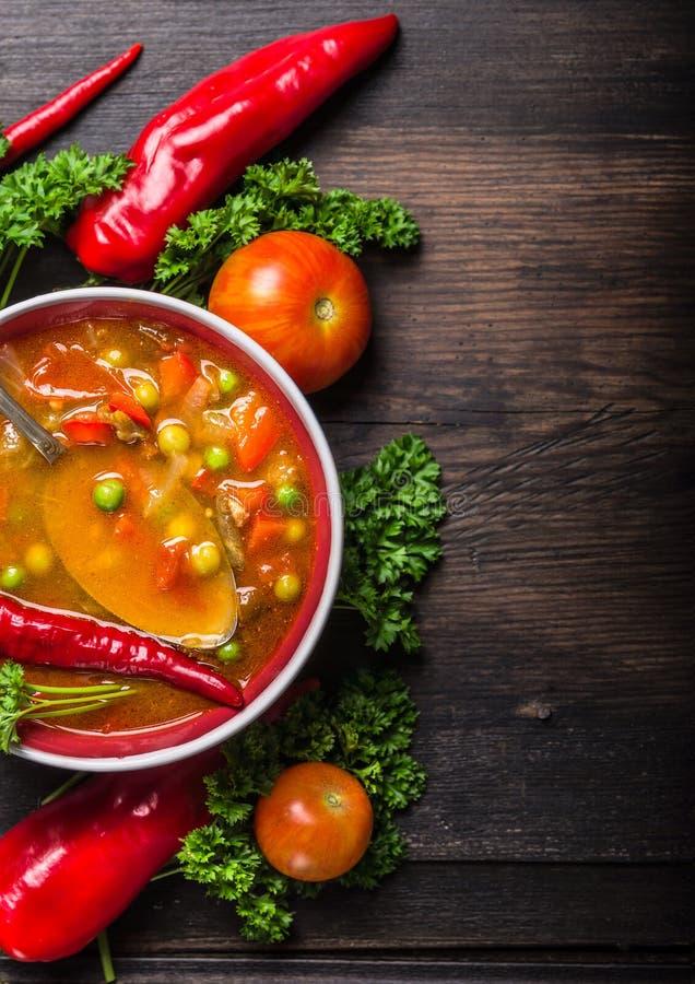 Pimienta roja y tomates de la sopa de verduras um con los guisantes verdes imágenes de archivo libres de regalías