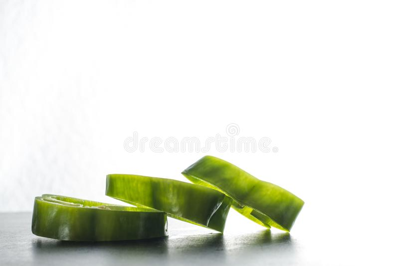 Pimienta verde cortada aislada en el fondo blanco foto de archivo libre de regalías