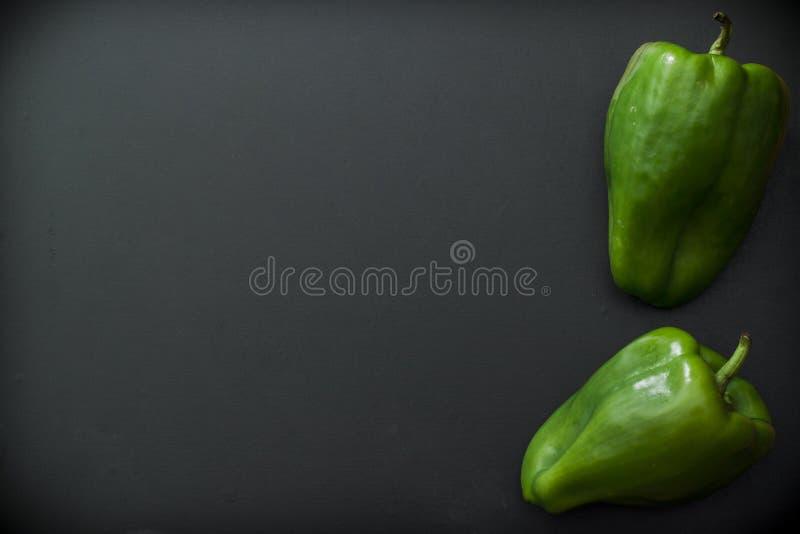 Pimienta verde en fondo negro fotografía de archivo