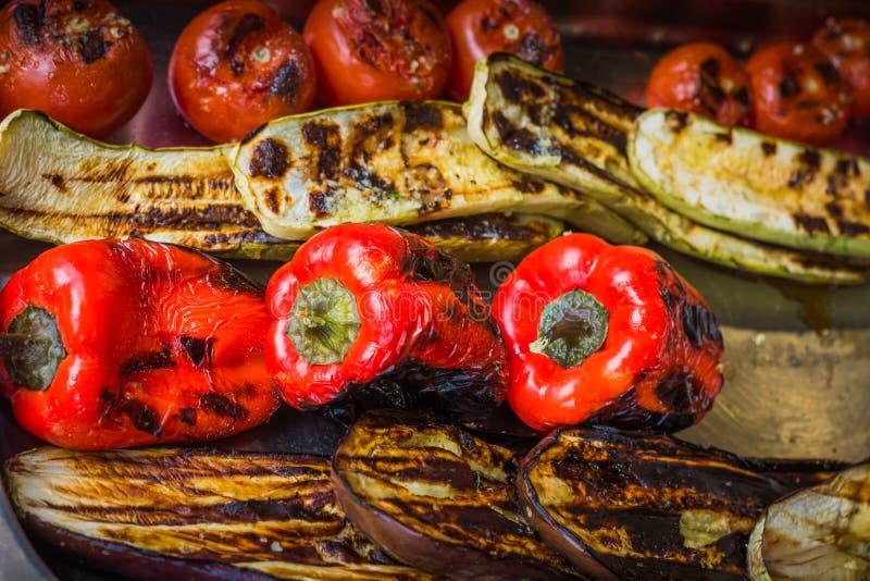 Pimientas, berenjenas, tomates y calabacín asados y quemados levemente fotos de archivo