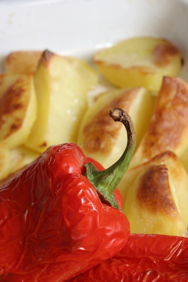 Pimientas cocidas al horno con las patatas fotos de archivo