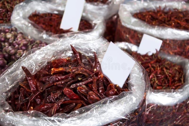Pimientas de cayena rojas secadas del chile o de los chiles en bolso en el mA asiático imagenes de archivo