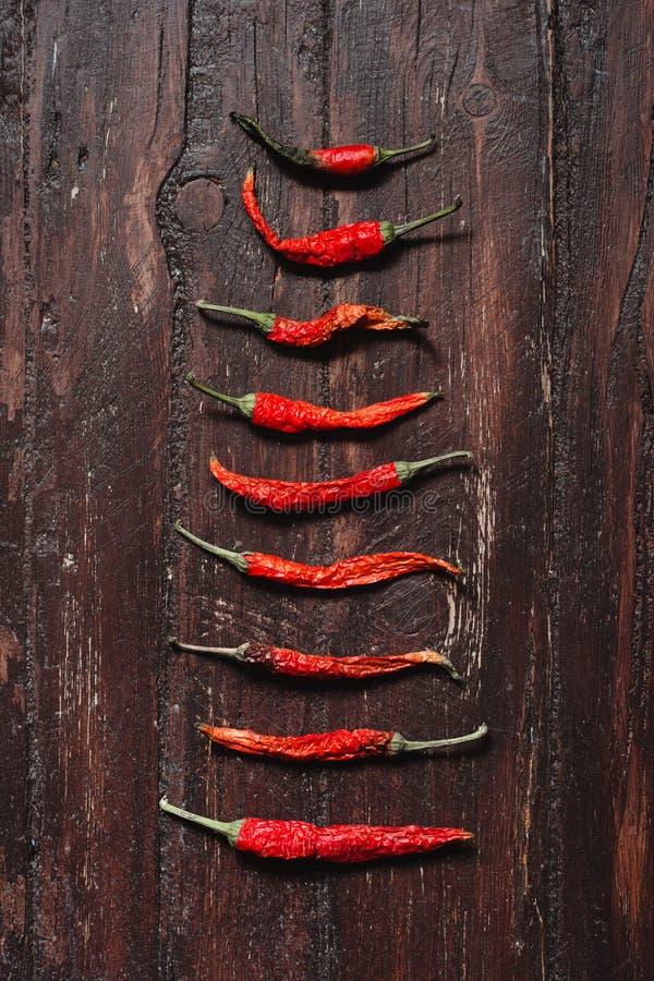 Pimientas de chile rojo calientes secadas en la madera texturizada marrón imágenes de archivo libres de regalías