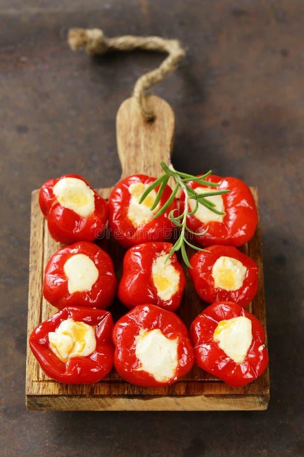 Pimientas dulces de los antipasti del aperitivo rellenas con queso imagen de archivo