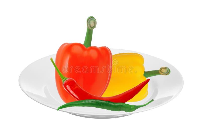 Pimientas frescas de la pimienta amarilla y roja de la paprika y de chiles calientes en el pl foto de archivo