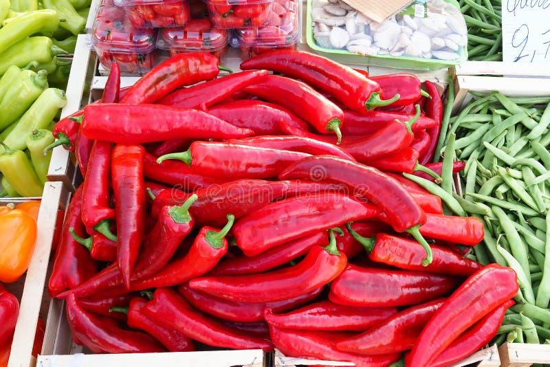 Pimientas maduras rojas brillantes del plátano en el mercado callejero griego imágenes de archivo libres de regalías