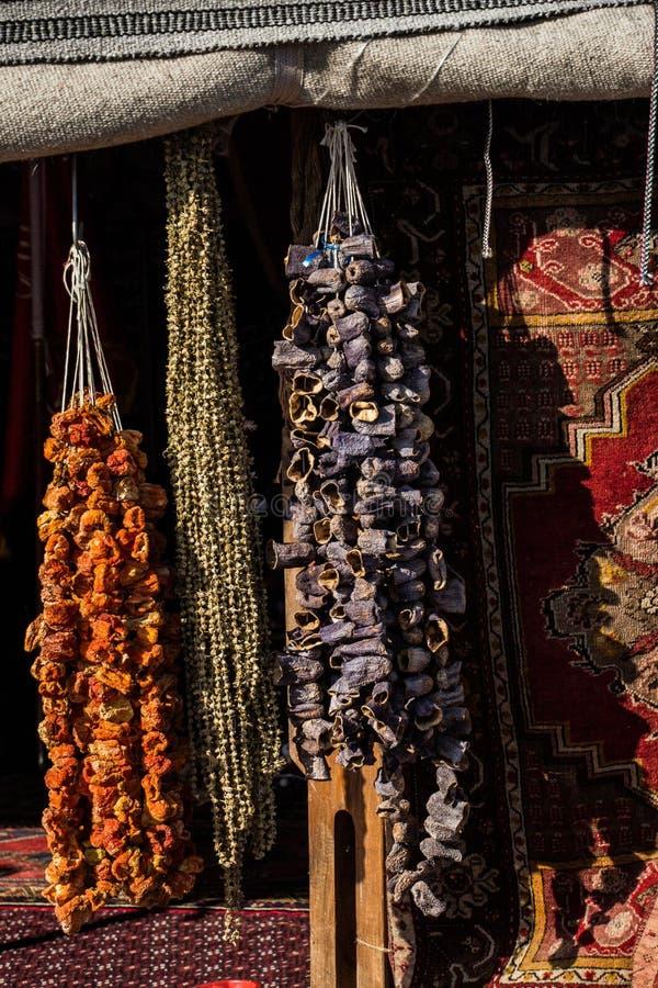 Pimientas rojas secadas y berenjenas que cuelgan en la exhibición imágenes de archivo libres de regalías