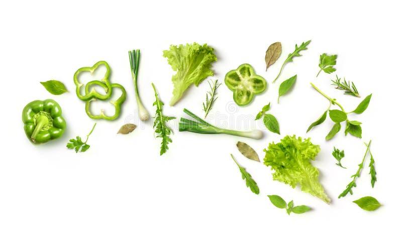 Pimientas verdes de las verduras, cebollas, arugula, ensalada, en el fondo blanco imagen de archivo libre de regalías