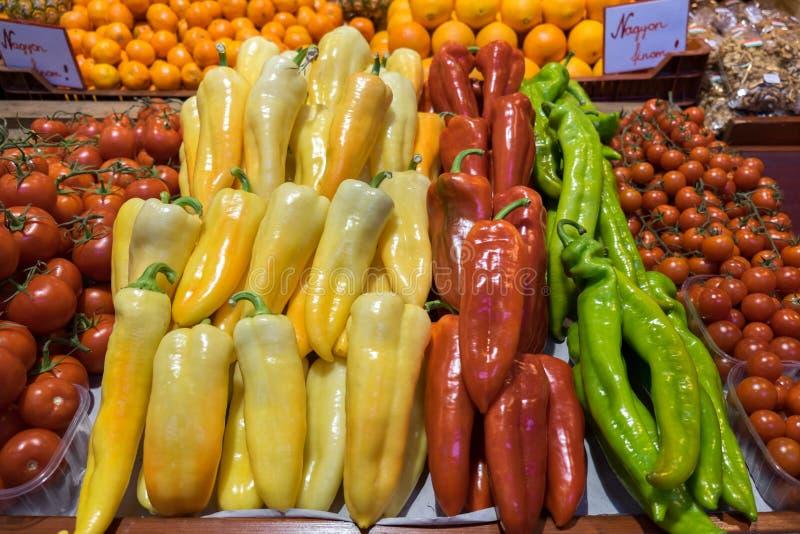 Pimientas y paprikas para la venta en el gran mercado Pasillo foto de archivo libre de regalías