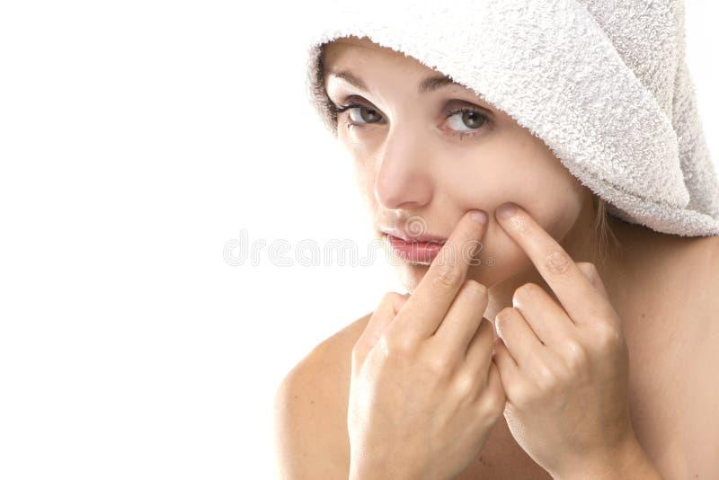 Pimple, Punkt auf Schönheitsfrauengesicht stockfoto