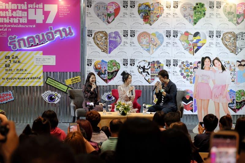 Pimtha e Mayy, idolo netto su Youtube danno un'intervista nel lancio del libro, fiera del libro nazionale di Bangkok 2019 immagine stock