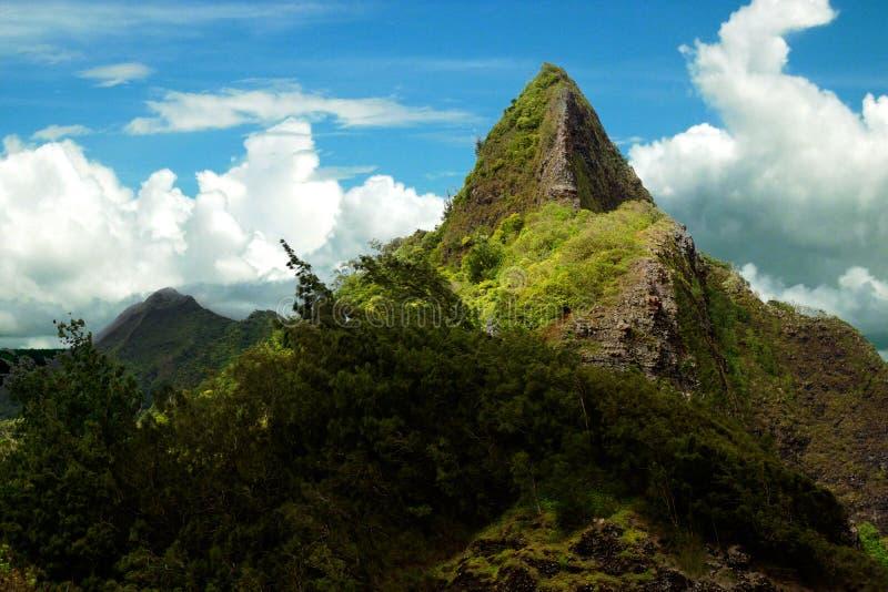 Pináculo de la montaña de Oahu Pali debajo del cielo azul nublado fotos de archivo
