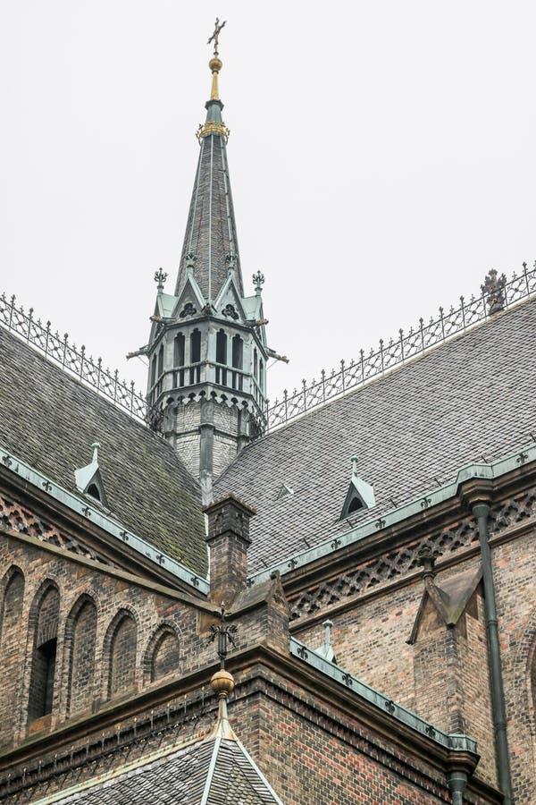 Pináculos góticos e telhados da igreja foto de stock
