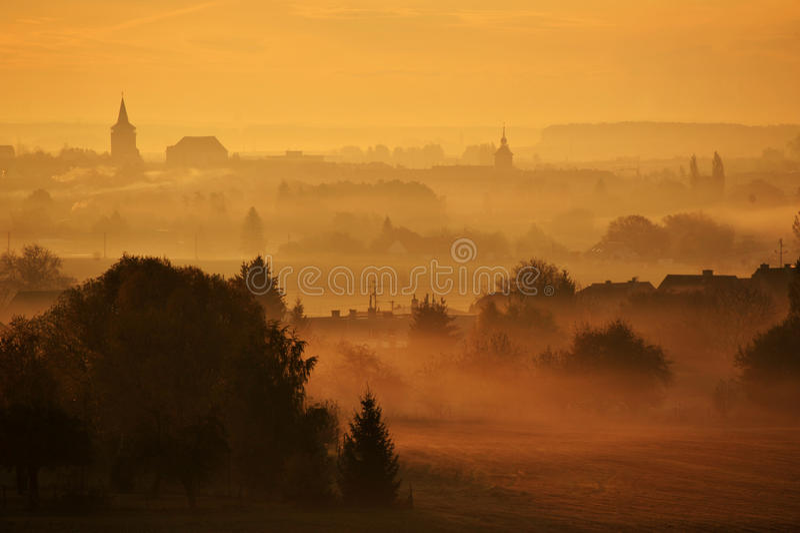 Pináculos na névoa fotografia de stock royalty free