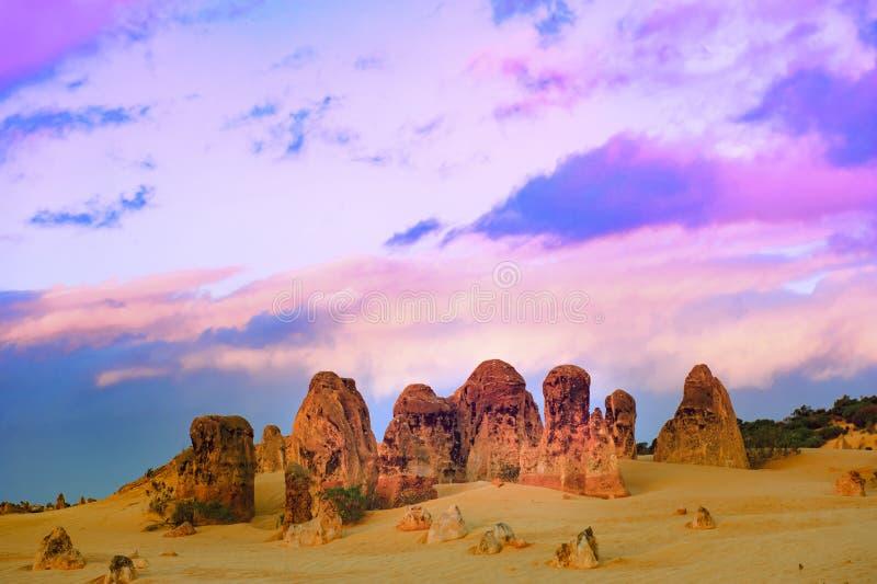 Pináculos, nivelando o céu, Austrália ocidental, parque de Nambung do pináculo fotografia de stock