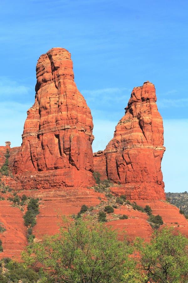 Pináculos rojos de la roca contra el cielo cerca de Sedona fotos de archivo
