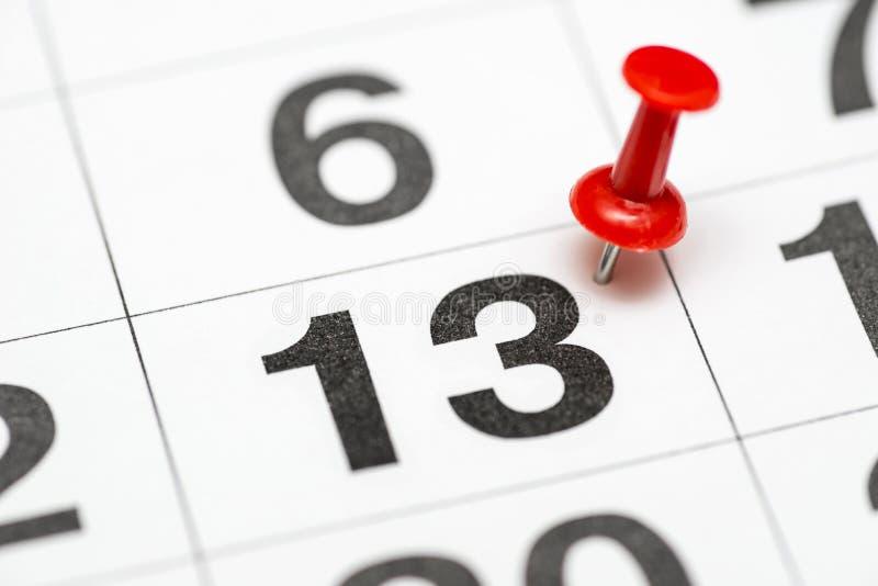 Pin在日期数13 十三日标记用一个红色图钉 在日历的Pin 免版税库存图片