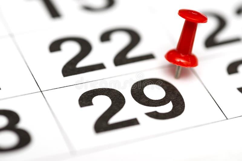 Pin在日期数29 第二十九日标记用一个红色图钉 在日历的Pin 免版税库存照片