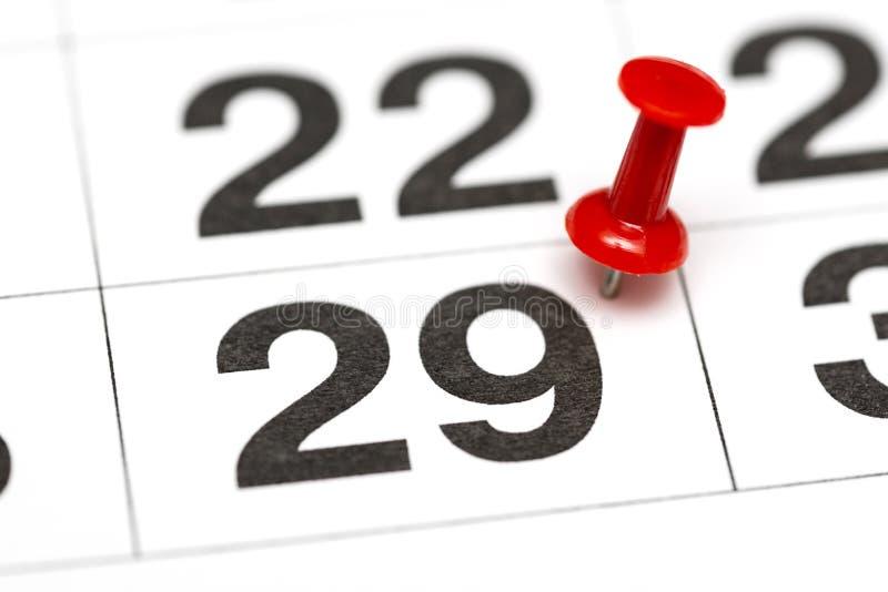 Pin在日期数29 第二十九日标记用一个红色图钉 在日历的Pin 库存照片